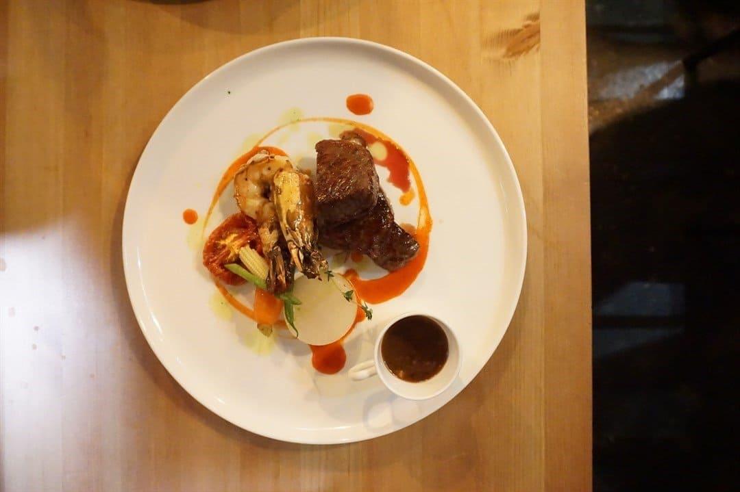 大坑美食 / 龙虾肉质结实,弹牙好新鲜。牛腩刚好5成熟,煎熟薄薄一层包住里面的牛肉。食落好香牛味,好有口感,龙虾配上牛腩又好特别。 / Warren