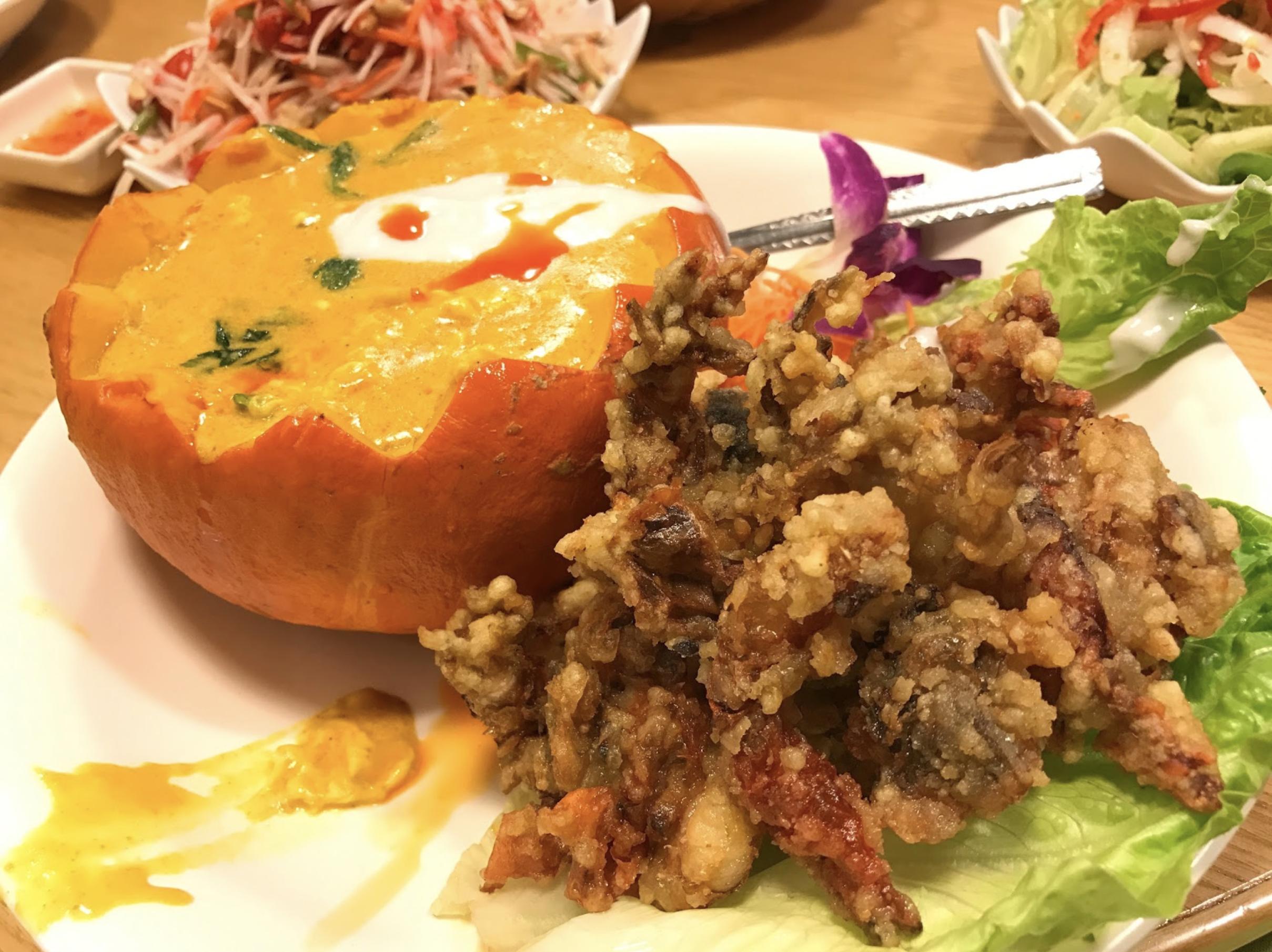 九龙城美食/泰象馆/咖哩汁浓郁偏甜,适合配饭配薄饼, 软壳蟹份量多,大约有六只至八只已开半的蟹。