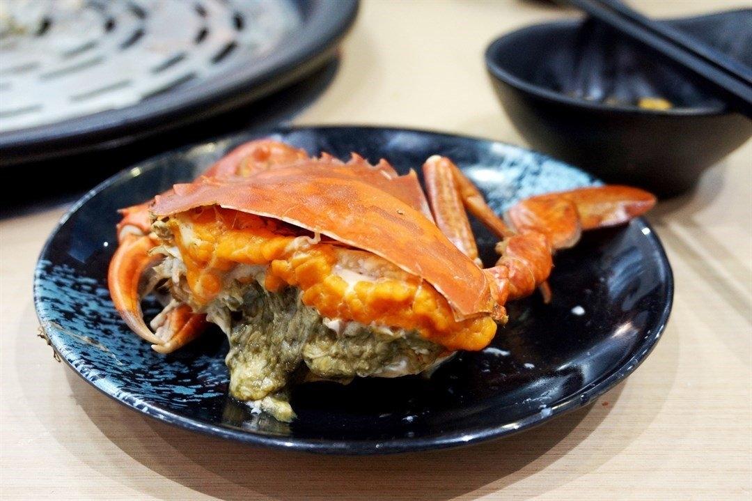 九龙城美食/蟹仙海鲜蒸气锅/硬膏的是顶角膏蟹,橙黄的硬膏,啖啖咸香。 硬膏的口感真的超级好,食落蟹肉比较鲜甜,越食越有满足感。