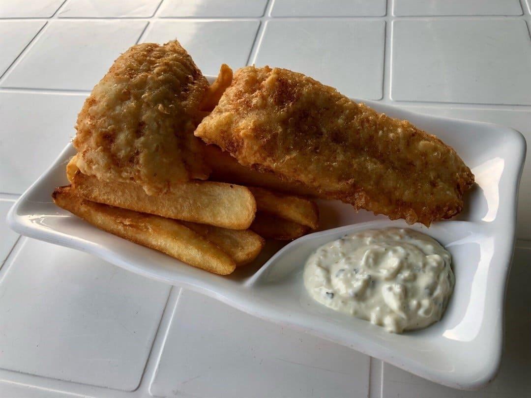 西贡美食/Camden Town/炸鱼薯条/炸鱼薯条,炸鱼做法非常简单,将鱼肉加上预先调配好既奶油面糊, 经高温油炸而成。入口鲜味浓郁、油而不腻,肉质结实且非常嫩滑。薯条也是手工切的,不会太咸。炸鱼薯条,炸鱼做法非常简单,将鱼肉加上预先调配好既奶油面糊, 经高温油炸而成。入口鲜味浓郁、油而不腻,肉质结实且非常嫩滑。薯条也是手工切的,不会太咸。(网上图片)