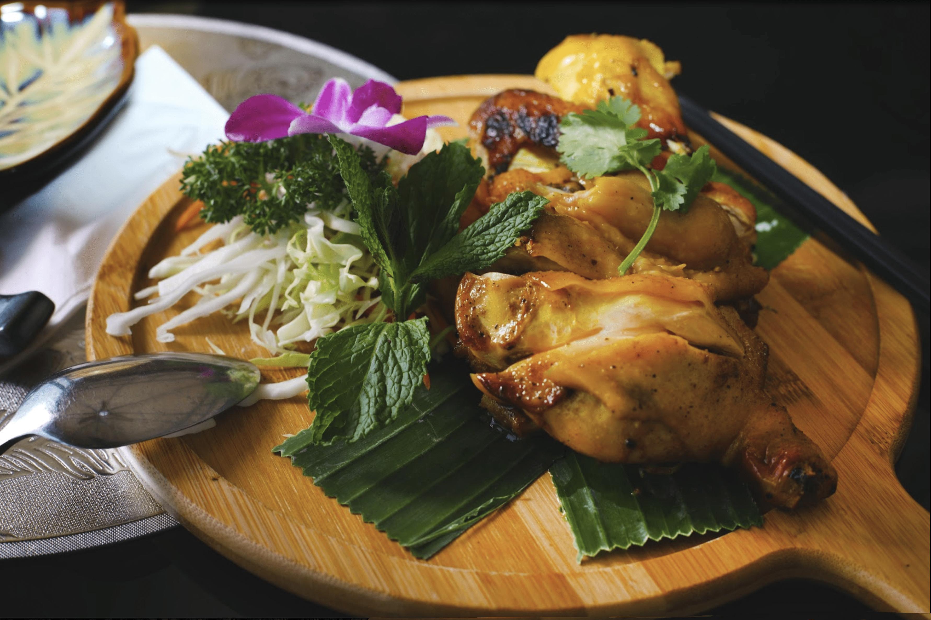 西贡美食/泰式烧鸡/鸡皮烧得香脆可口,甜甜地,较油腻,鸡肉嫰滑,沾上泰式酸辣酱更滋味~(网上图片)/泰道 Thai Dao/