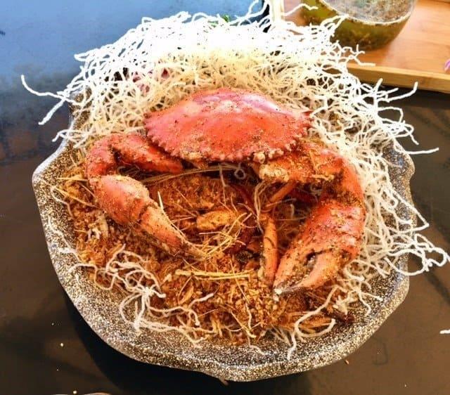 西贡美食/爆炸蟹/泰道 Thai Dao/爆炸蟹,蟹经过油炸保留肉汁名更令蟹膏不会被冲散,爆发性的香味,完全散发出来;蟹肉,弹牙又鲜甜。满满炸得松化的粉丝铺于整碟面,一拨开粉丝后就出现了一个会发光的画面。(网上图片)